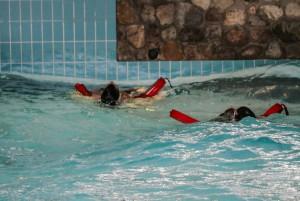 Övning på räddning i vågpool med hjälp av pooltorped.