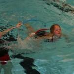 Uppvärmning simning under och genom ringar.